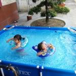 การเริ่มต้นก่อนการว่ายน้ำในสระน้ำเด็ก