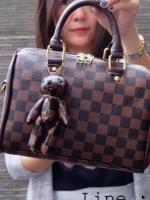 กระเป๋า Shumiya ทรงหมอน พร้อมพวงกุญแจ 10 นิ้ว