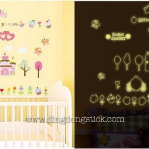 """สติ๊กเกอร์ติดผนังเรืองแสง """"Little Princess"""" ความสูง 110 cm กว้าง 120 cm"""